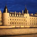 La Conciergerie -- Vestige de l'ancien Palais de la Cité, elle a été le palais des rois de France, entre le Xe et le XIVe siècle. Le Palais est encore en rénovation et la photo qui semble irréelle ne montre que la partie la plus modeste du palais. Dans les sous-sols se trouve la salle des Gens d'Armes.  À elle toute seule par ses dimensions, elle est  un véritable trésor d'architecture se situant juste en dessous de la salle des pas perdus de l'actuel palais de justice de Paris.