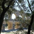 Le Pont du Gard -- Au coeur de la garrigue, un magnifique souvenir du monde romain résiste au temps pour notre plus grand plaisir.